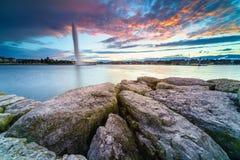 Заход солнца на озере в городском пейзаже стоковые фотографии rf
