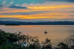 Заход солнца на озере, запруде Kaeng Krachan, турбине воды Chaipattana стоковые изображения