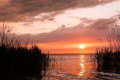 Заход солнца на озере Красивый ландшафт стоковые фото