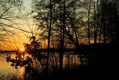 Заход солнца на озере - оранжевое небо было создано стоковая фотография rf