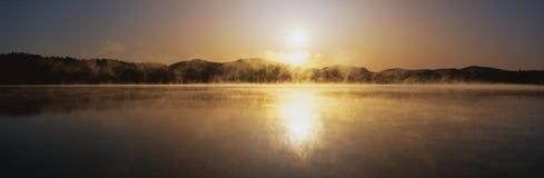 Заход солнца на озере спокойном стоковое фото