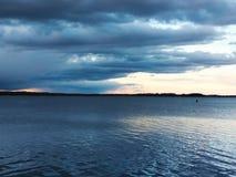 Заход солнца на озере Тихий вечер лета стоковое изображение rf