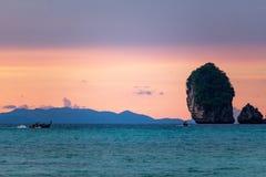 Заход солнца на островах Phi Phi стоковое изображение rf