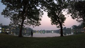 Заход солнца на парке города - промежуток времени акции видеоматериалы