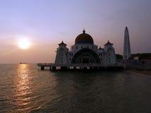 Заход солнца на плавая мечети Melakka Малайзии стоковое фото rf