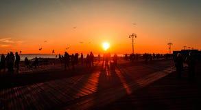 Заход солнца на пляже, Брайтон, Нью-Йорк стоковые изображения