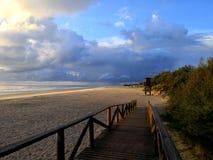 Заход солнца на пляже в Кадисе стоковая фотография