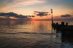 Заход солнца на пляже в Hunstanton, Норфолке, Великобритании стоковое фото rf