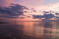 Заход солнца на пляже в Hunstanton, Норфолке, Великобритании стоковая фотография