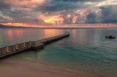 Заход солнца на пляже и пристани ямайки Стоковое Изображение