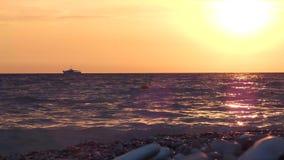 Заход солнца на пляже моря Маломерное судно на горизонте акции видеоматериалы