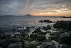 Заход солнца на пляже с красивым небом, ландшафт природы стоковое изображение rf