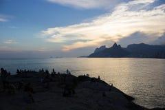 Заход солнца на пляже Arpoador в Рио-де-Жанейро Стоковое Изображение