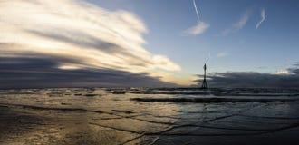 Заход солнца на пляже Crosby в зиме - панораме, Crosby, Ливерпуле, Великобритании Стоковое Изображение