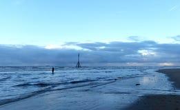 Заход солнца на пляже Crosby в зиме - панораме, Crosby, Ливерпуле, Великобритании Стоковое Фото