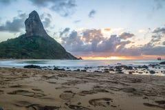 Заход солнца на пляже da Conceicao Прая с Morro делает Pico на предпосылке - Фернандо de Noronha, Pernambuco, Бразилии Стоковая Фотография RF