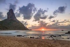 Заход солнца на пляже da Conceicao Прая с Morro делает Pico на предпосылке - Фернандо de Noronha, Pernambuco, Бразилии Стоковые Изображения RF