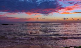 Заход солнца на побережье Мауи Гавайских островах kihei стоковые изображения
