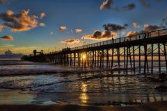 Заход солнца на пристани берега океана Стоковое Изображение RF