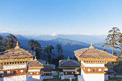 Заход солнца на пропуске Dochula с Гималаями в предпосылке - Бутане Стоковая Фотография RF