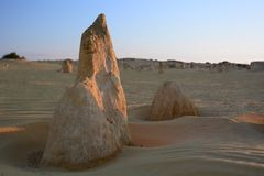 Заход солнца на пустыне башенк Национальный парк Nambung cervantes Западное Австралия australites Стоковое Изображение