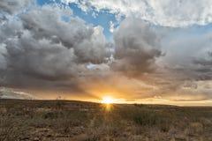 Заход солнца на пути к пустыне Намибии стоковая фотография rf