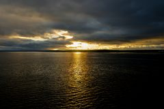 Заход солнца на Реке Святого Лаврентия в Канаде стоковая фотография rf