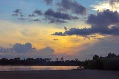 Заход солнца на речном береге Стоковые Изображения RF