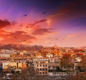 Заход солнца на саде апельсинов в Риме город над взглядом Стоковое Фото