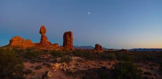 Заход солнца на сбалансированном утесе в национальном парке сводов стоковые фото