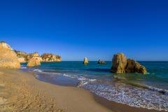 Заход солнца на сиротливом пляже в Алгарве в Португалии Стоковые Изображения RF