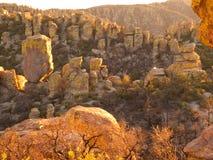 Заход солнца на скалах пустыни стоковые изображения