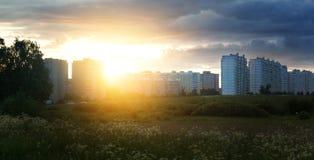 Заход солнца на фоне блока квартир, жилых домов, в Европе в поле, новые дома Стоковые Фотографии RF