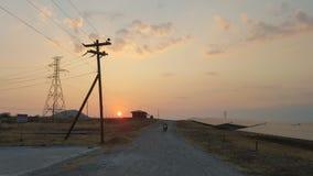 Заход солнца на электрической станции солнечной энергии стоковое фото rf