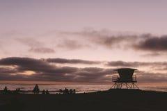 Заход солнца на Encinitas с башней личной охраны стоковые фотографии rf