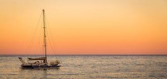 Заход солнца на horizont с большой шлюпкой Стоковое Фото