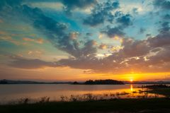 заход солнца неба облака цветастый драматический над moun силуэта стоковые фото
