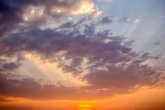 заход солнца неба облака цветастый драматический Небо с backgrou солнца Стоковое Фото