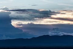 заход солнца неба облака цветастый драматический Небо с backgrou солнца Стоковая Фотография