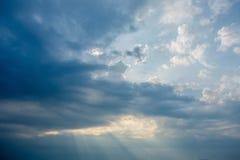 заход солнца неба облака цветастый драматический Небо с backgrou солнца Стоковая Фотография RF