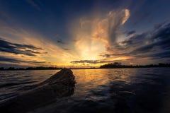 заход солнца неба облака цветастый драматический Небо с backgrou солнца Стоковое фото RF