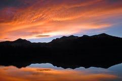 заход солнца неба озера пожара Стоковое фото RF