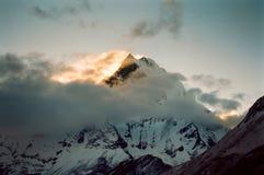 заход солнца Непала гор Гималаев Стоковое Изображение