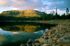 заход солнца озера скалы Стоковые Изображения RF