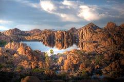 Заход солнца озера Уотсон в Prescott Аризоне Dell гранита стоковое изображение