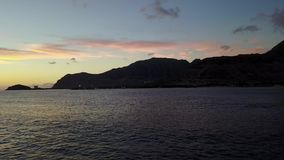 Заход солнца океана залива Pokai на острове Оаху в трутне Гаваи видеоматериал