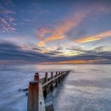 Заход солнца осени от западного пляжа Wittering, западного Сассекс, Великобритании стоковая фотография rf