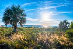 Заход солнца острова медового месяца в голубом небе Стоковые Фотографии RF