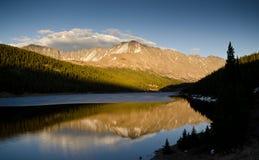 заход солнца отражения горы Стоковое Изображение