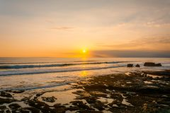 Заход солнца от пляжа Gadon около виска серии Tanah стоковое фото rf